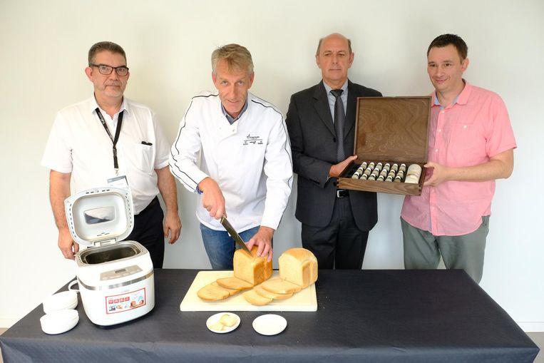 Onderzoeker Bart Geurden (links) met andere onderzoekers van het 'broodproject'. Beeld Laenen