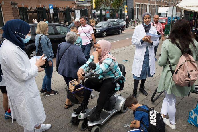 Geneeskundestudenten spreken in Rotterdam met mensen die zich nog niet hebben laten vaccineren. Wie is overtuigd is na het gesprek kan meteen in de nabijgelegen moskee een prik krijgen.