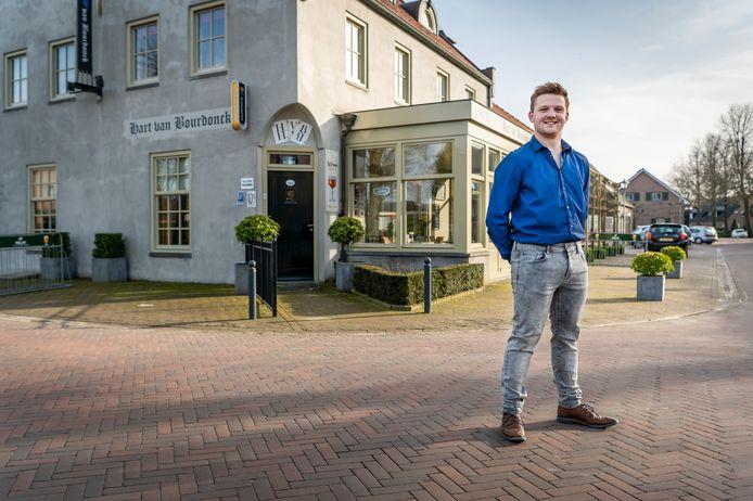 Joey van de Vossenberg voor het Hart van Bourdonck in Boerdonk, midden in het dorp.