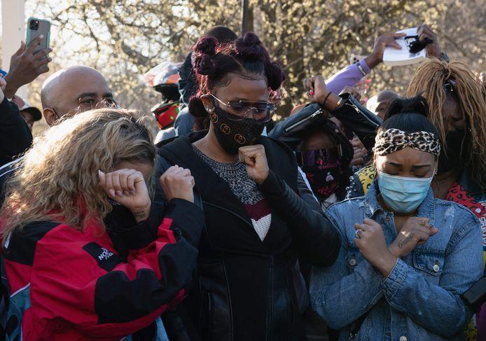 Ex-vrouw Tashera Simmons (midden) en zijn huidige verloofde Desiree Lindstrom (rechts) bidden samen met vrienden en familie voor het herstel van rapper DMX.
