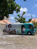 De vaccinatiebus op Curaçao, met een collega van Carlijn van Gils.