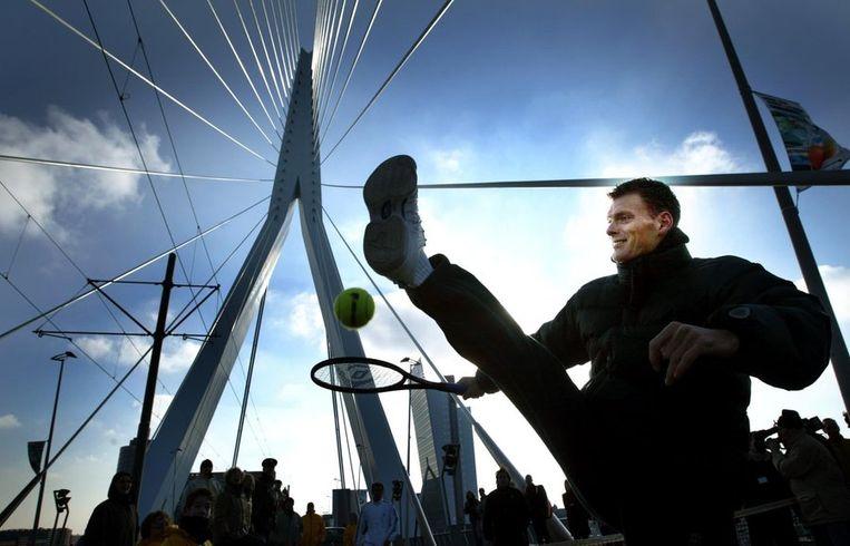 Sjeng Schalken speelt een partijtje tennis op de Erasmusbrug in Rotterdam in 2003. Beeld anp