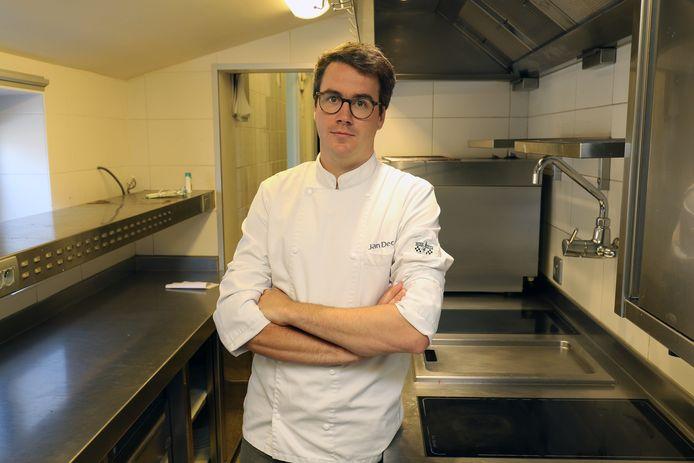 Jan Decan in de keuken van zijn restaurant.