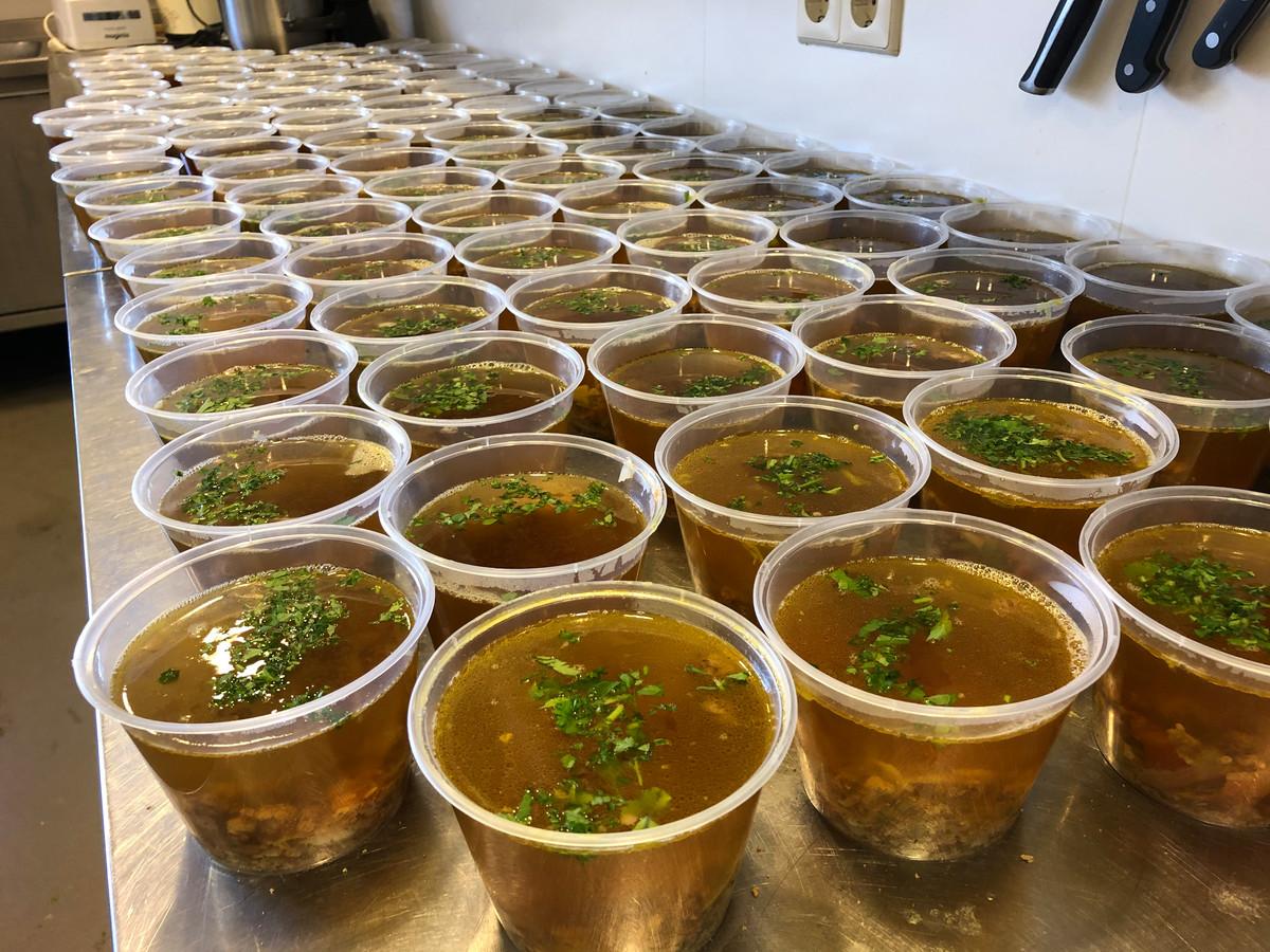 De soep is gevuld met allerlei verse ingrediënten zoals vlees van Donkers koe, verse groeten én zout.