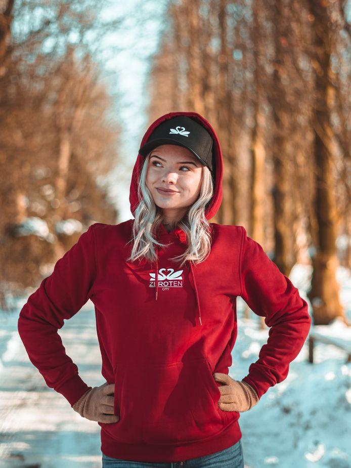 De populaire Instagrammer Tante Toof met de hoodie van Plaswijckpark.