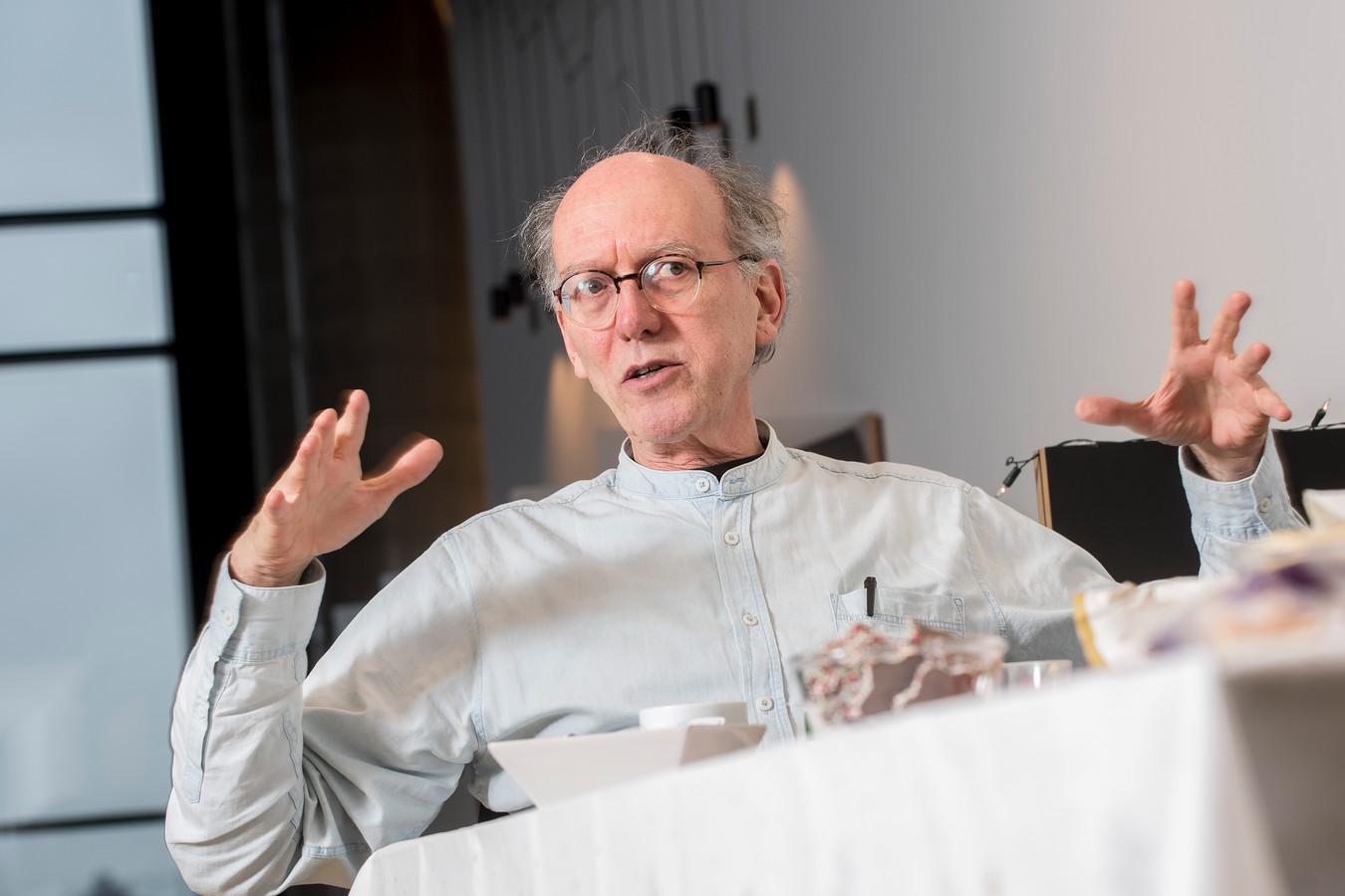 Arts-microbioloog Bert Mulder van het Canisius Wilhelmina Ziekenhuis (CWZ) waarschuwt al meer dan een maand voor de deltavariant en noemt de gegevens die het RIVM hierover verstrekt 'volstrekt irreëel'.