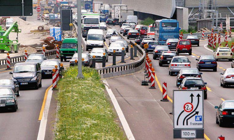 Auto's die bij wegwerkzaamheden in Duitsland op de linkerrijstrook rijden, mogen inclusief spiegels slechts twee meter breed zijn