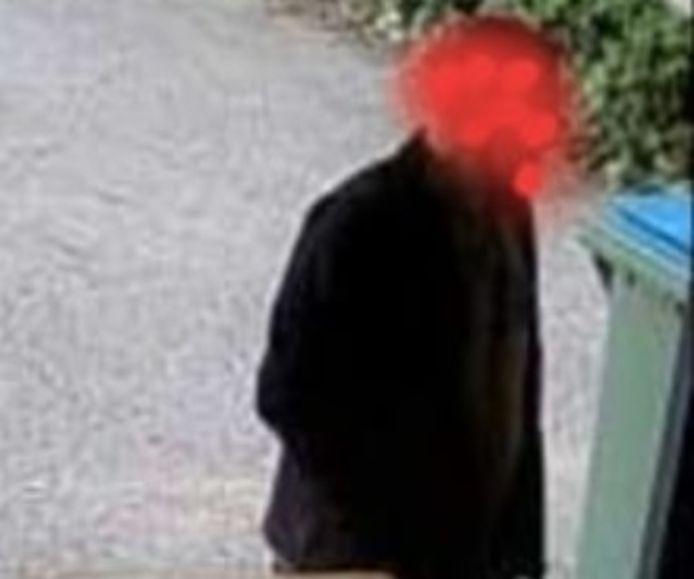 De (onherkenbaar gemaakte) dader van de inbraak staat op beelden van de beveiligingscamera.