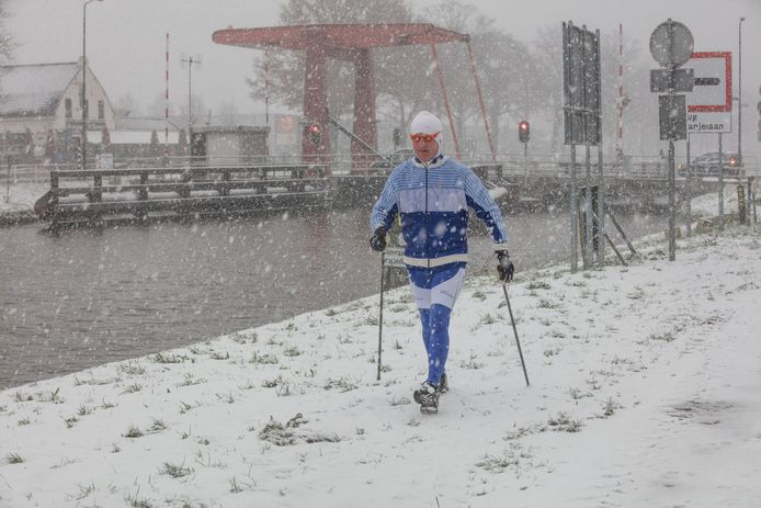 Lang laupen in de sneeuw bij brug in Beek en Donk