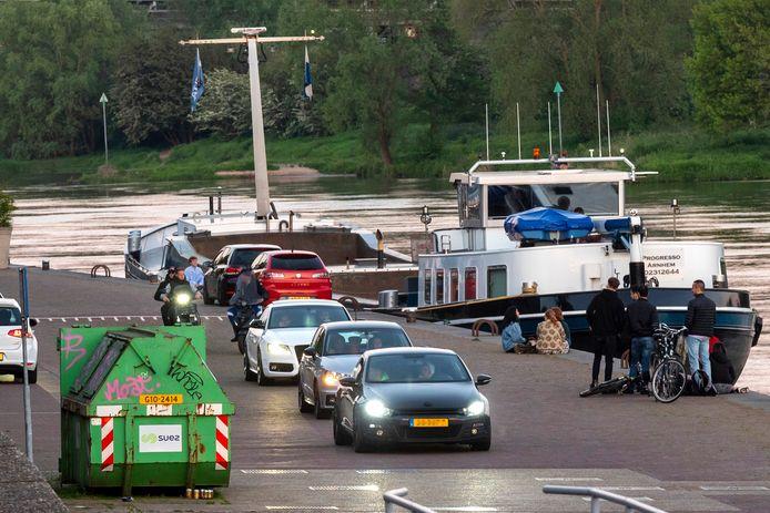 Drukte op de Rijnkade in Arnhem. Omwonenden klagen steen en been over hinder.