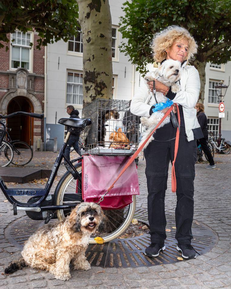 Sabine van der Helm van brengt haar honden naar de knuffelsessies van de UvA. Universiteit van Amsterdam. Beeld Pauline Niks