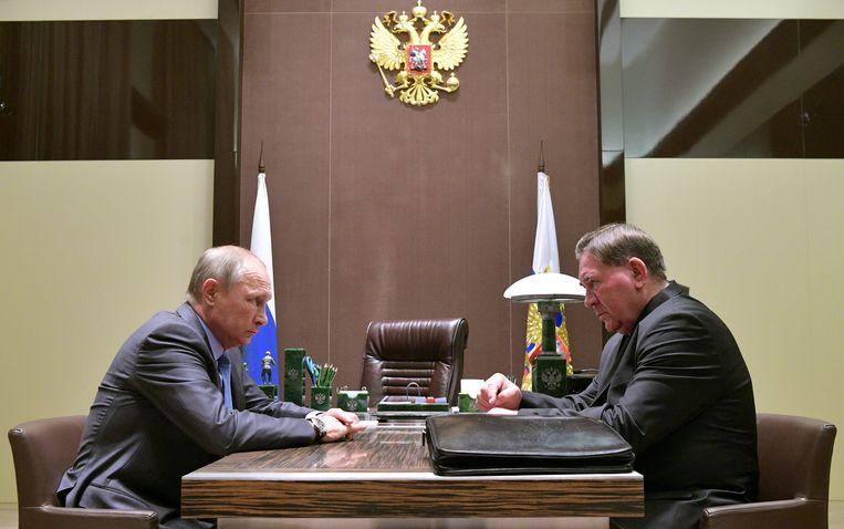 De Russische president Vladimir Poetin (links) in gesprek Alexander Mikhailov, de gouverneur van de Oblast Kursk-regio.  Beeld EPA