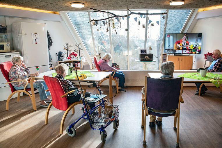 Zangeres Jessica van Noord verblijdt bewoners van woonzorgcentrum De Rijp in Bloemendaal via een livestream met liedjes. Beeld Guus Dubbelman/de Volkskrant