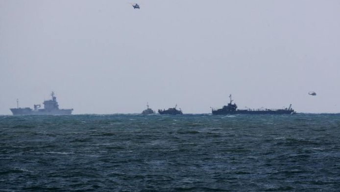 Boten van de Libanese marine en VN-helikopters zoeken naar overlevenden.