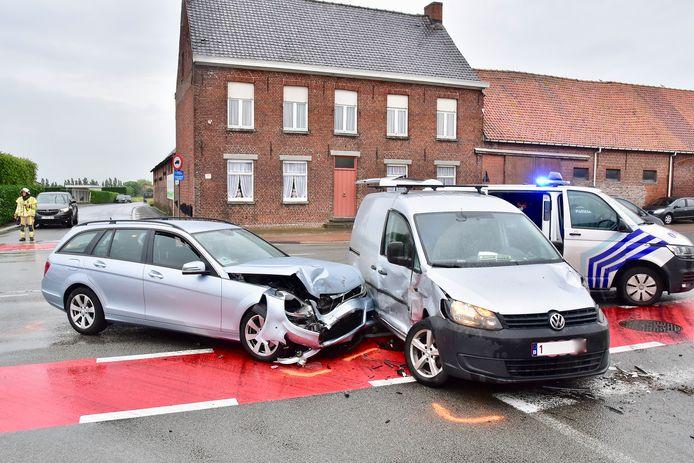 Twee auto's botsten op het kruispunt van de Koolskampstraat, de Oude Heirweg en de Lichterveldsestraat, op de grens van Lichtervelde en Koolskamp. De bestuurster van de Mercedes raakte lichtgewond, haar peuter hield niets over aan de klap.