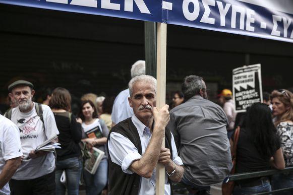 Grieken protesteren tegen de strenge besparingsmaatregelen.