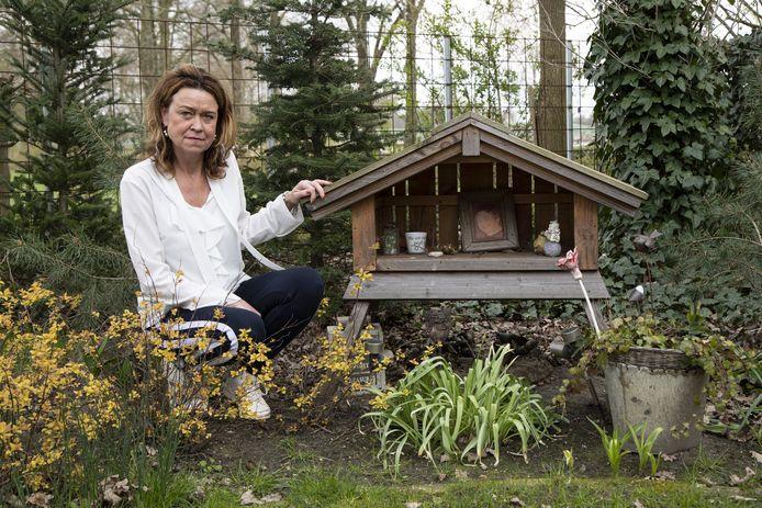 Joanne Nep-van de Maat bij de gedenkplek voor Otto in de tuin achter haar woning op het recreatiepark De Tolplas.