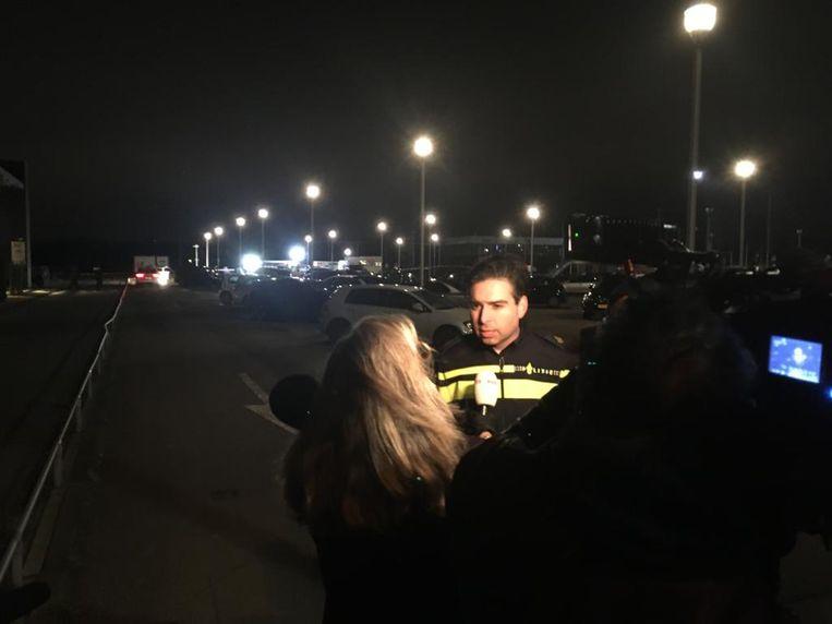 Een woordvoerder van de politie staat de pers te woord bij de luxe sportschool Health City aan Escapade in Amstelveen.  Beeld Het Parool