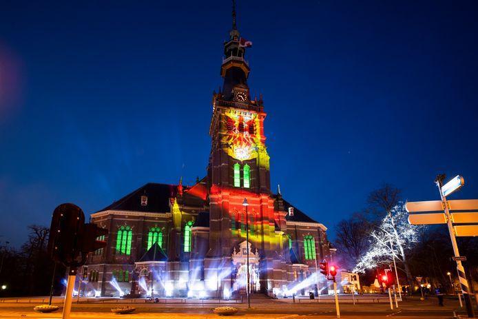 Een speciale lichtshow op en bij de Grote Kerk in Apeldoorn, dat vandaag 76 jaar geleden werd bevrijd.