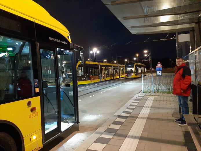 Het busverkeer werd vanavond door de politie over de ambulancebaan geleid om grotere verkeerschaos  te voorkomen.