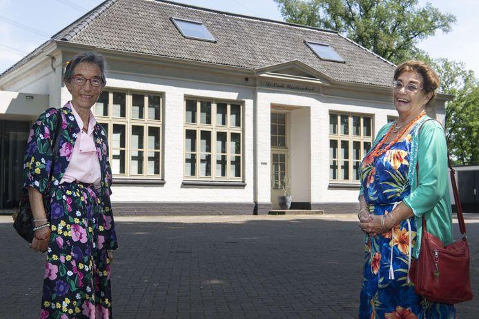 De zussen Linet Wegman (links) en Ingeborg Stroop-Wegman voor de Oude Usselerschool waar hun vader van 1930 tot 1963 het hoofd van de school was.