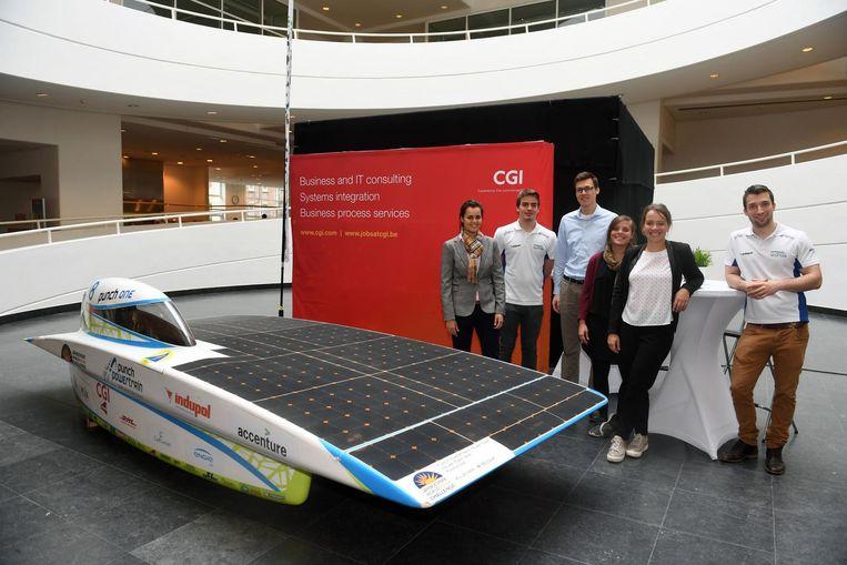Medewerkers van het Solar Team met op de achtergrond een escape room op Campus Groep T.