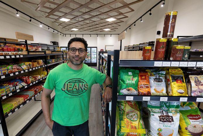 Pradoep in de Indiase supermarkt Dbanyan in het winkelcentrum van Meerhoven, Eindhoven.