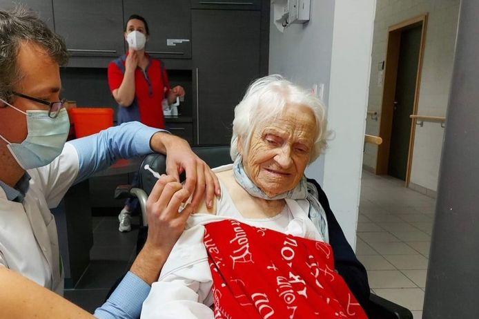 Eén van de drie honderdjarigen in Huize Vincent kreeg dinsdag een eerste prik.