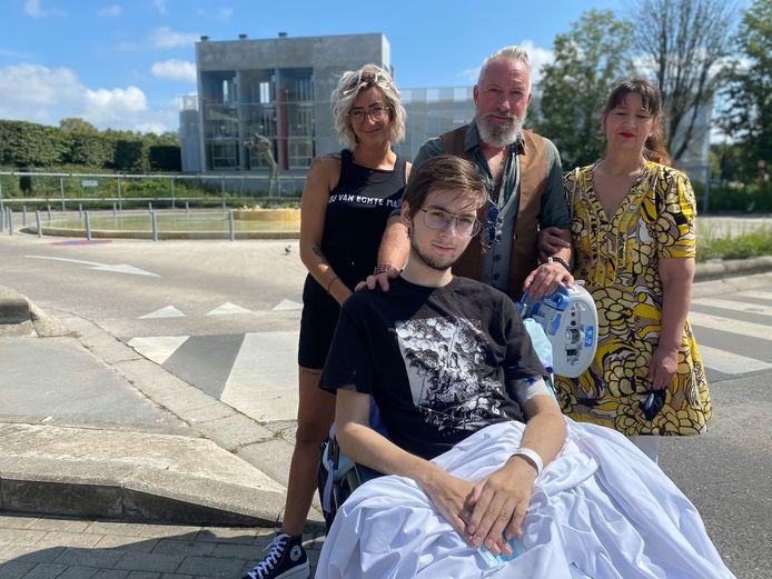 Yanni Serverius (17) samen met zijn mama Debby, opa Eddy en plus-oma Jeannine aan het ziekenhuis afgelopen augustus.