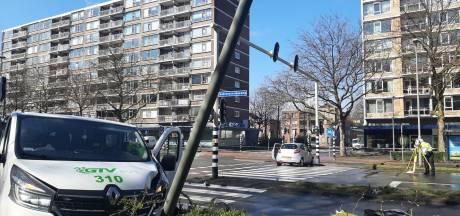 Aanrijding op kruispunt Schiedam: twee gewonden en flinke schade aan auto's