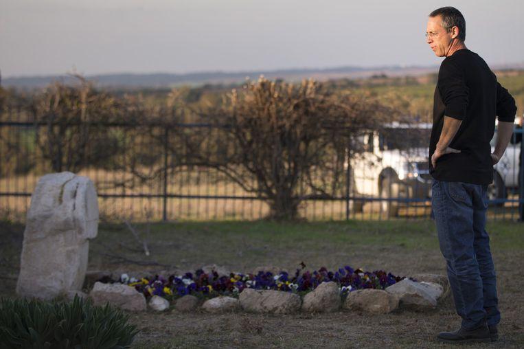 Gilad Sharon, de zoon van Ariel Sharon, bezoekt het graf van zijn moeder op hun familieranch. Ook de voormalige Israëlische premier zal er maandag begraven worden. Beeld getty