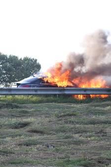 Auto vat vlam op A50 bij Ravenstein: inzittenden ongedeerd
