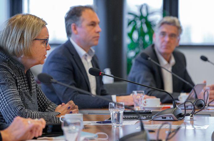 V.l.n.r. Waarnemend burgemeester Marijke van Beek van Wijchen en de wethouders Geert Gerrits (Wijchen) en Willy Brink (Druten) op de persconferentie op 11 november 2020 waarin het klappen van de fusie tussen beide gemeenten bekend wordt gemaakt.
