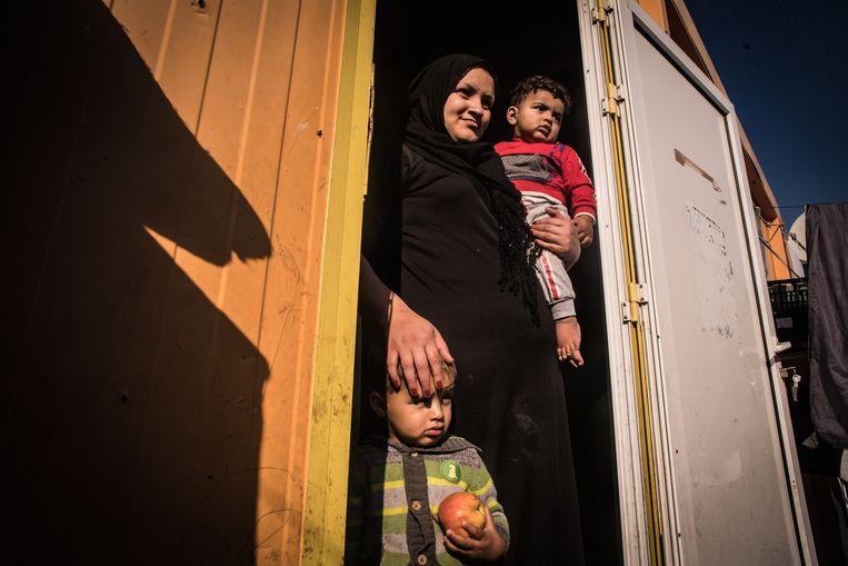 Rasha en haar kinderen in het opvangkamp Eleanos in Athene. Beeld Zolin Nicola