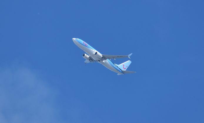De Boeing vertrok tegen een strakblauwe lucht vanaf Twente Airport