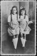 Anne-Marie Vester (rechts) en haar zus Ria tijdens de oorlog. Deze foto kreeg ze dit jaar opgestuurd uit Schotland, van de dochter van een bevrijder.