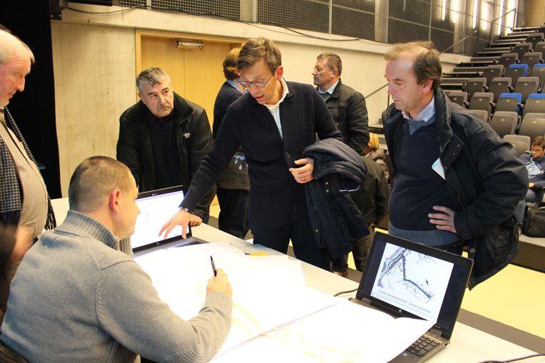 De inwoners kregen een uitgebreide uitleg tijdens de infovergadering.