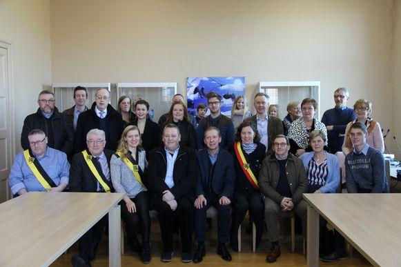De acteurs, regisseurs en medewerkers van toneelgroep Arcadia verzamelden in het gemeentehuis van Horebeke.