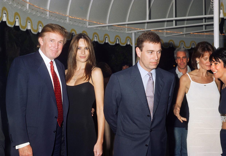 Donald Trump, Melania Knauss, prins Andrew, Jeffrey Epstein en Ghislaine Maxwell (uiterst rechts in het zwart) in Palm Beach, Florida in 2000.  Beeld Getty Images