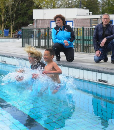 Het is gelukt, Arnemuiden kan weer zwemmen: 'Dit is wel een momentje hoor!'