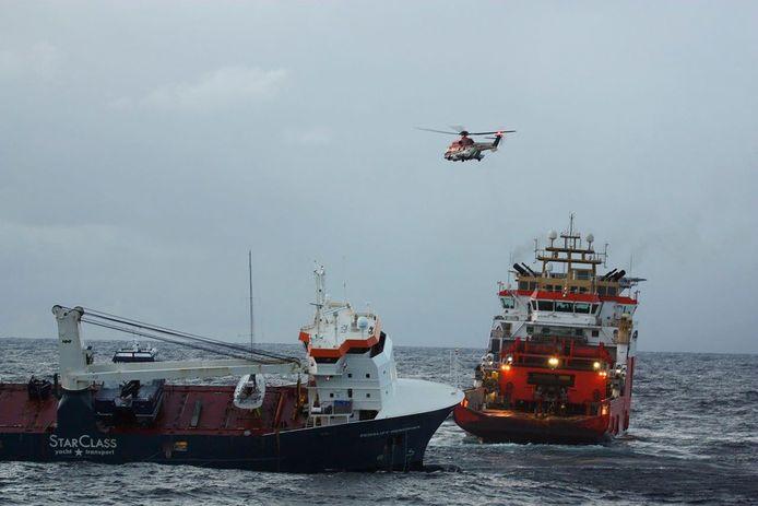 """Le navire norvégien """"Normand Drott"""" remorquant le cargo néerlandais """"Eemslift Hendrika""""."""
