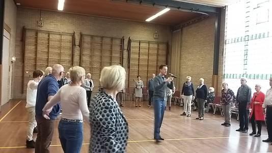 Ronald Straatman geeft ouderen in Braamt stijldansles.