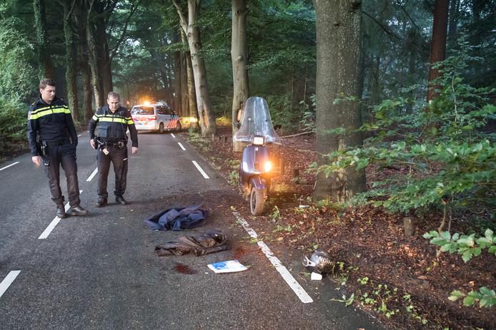 De scooter met enkele persoonlijke spullen van het slachtoffer op de Hoge Vuurscheweg.