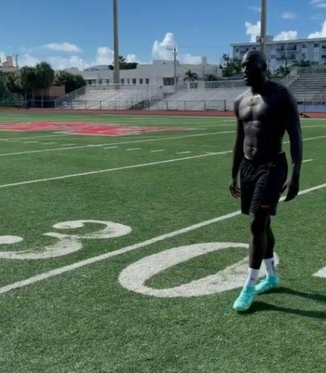 """Les """"vacances"""" sont relatives pour Lukaku: l'attaquant s'entraîne avec une ancienne star du football américain"""