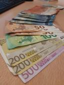 Flinke hoeveelheden geld lagen op tafel in woningen en cafés waar illegaal gegokt werd.