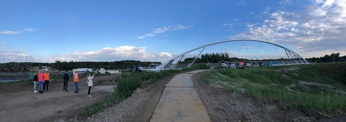 Fietsbrug Tegenbosch ligt zaterdagavond klaar voor de plaatsing