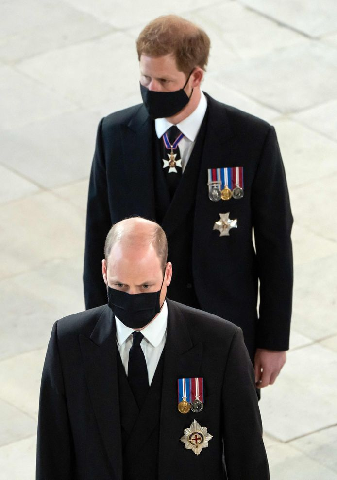 Le prince William et le prince Harry à leur arrivée dans la chapelle Saint-Georges du château de Windsor.