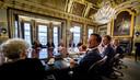 Premier Mark Rutte zit in 2017 de eerste ministerraad van het nieuwe kabinet Rutte III voor.