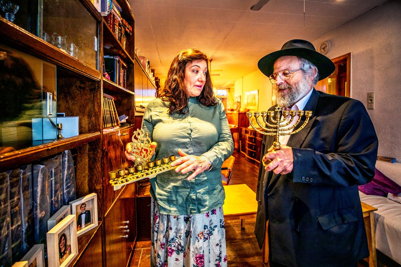 Rabbijn Aryeh Lei (R) en Bracha Heintz (L) in hun huis in Utrecht.  Beeld Raymond Rutting / de Volkskrant