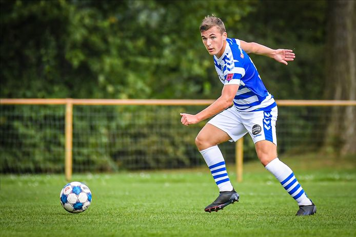 Een jeugdspeler van De Graafschap met op zijn linkermouw de badge #TegenKK.